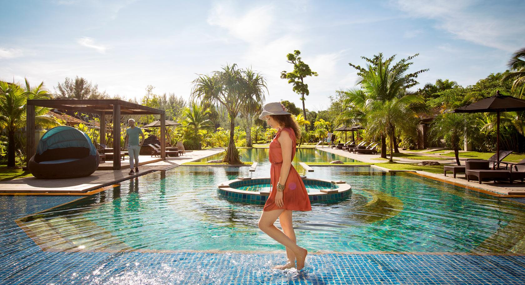 Katiliya Pool mit üppiger Gartenlandschaft im Robinson Khao Lak