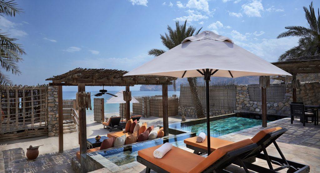Terrasse mit Pool und direktem Zugang zum Strand im Six Senses Zighy Bay