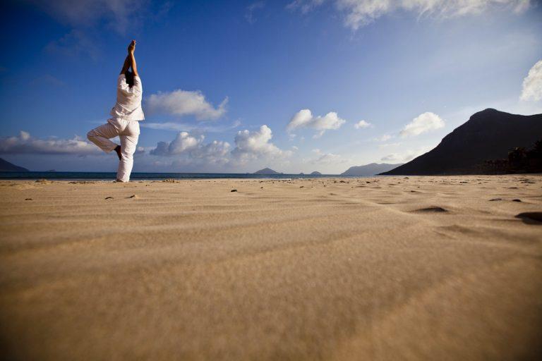 Six Senses Con Dao – Yoga am Strand