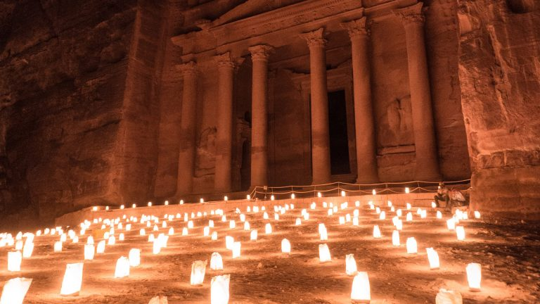 Bucketlist Reisen: Petra bei Nacht, Jordanien